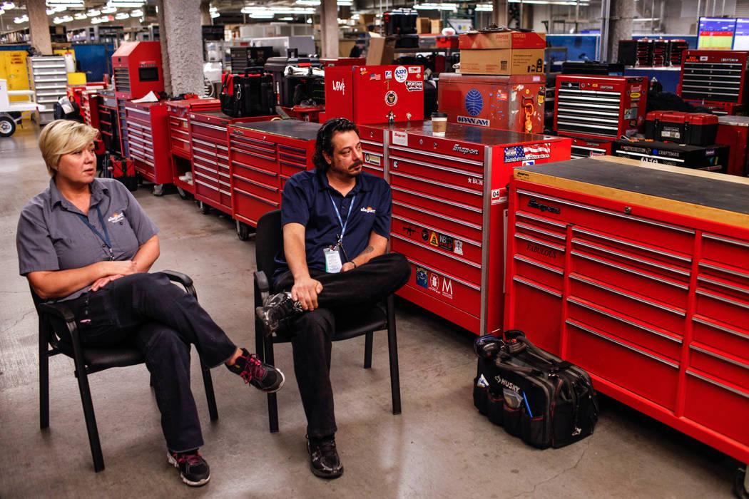 Empleados de Allegiant Air Maria Mackert, mecánica, izquierda, y Brian Merkey, gerente asistente de mantenimiento, derecha, se sientan durante una entrevista dentro de las instalaciones de manten ...