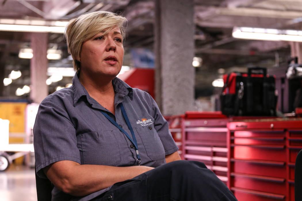 La empleada de Allegiant Air, Maria Mackert, mecánica, se sienta durante una entrevista dentro de las instalaciones de mantenimiento de Allegiant Air en el aeropuerto internacional McCarran en La ...