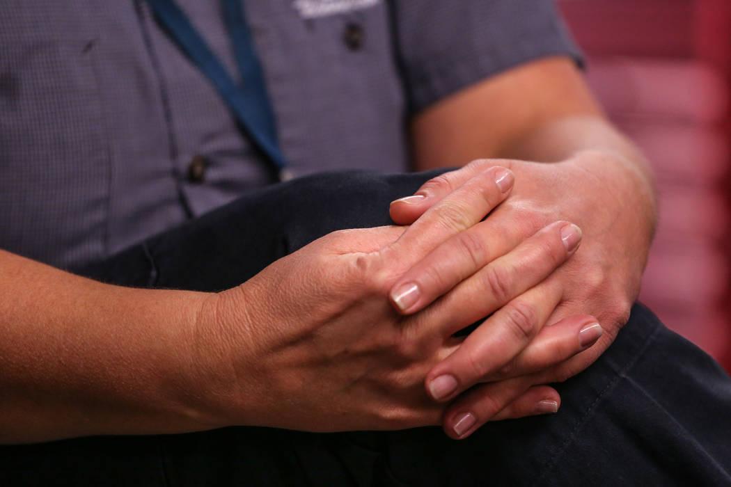La empleada de Allegiant Air, Maria Mackert, un mecánico, se toma de las manos durante una entrevista en las instalaciones de mantenimiento de Allegiant Air en el aeropuerto internacional McCarra ...