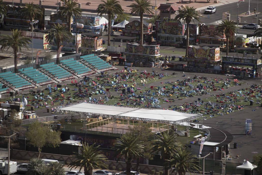 Los terrenos del festival de Las Vegas Village en el Strip de Las Vegas el lunes 2 de octubre de 2017, después de que un pistolero abriera fuego matando a 58 e hiriendo a más de 500 el domingo p ...