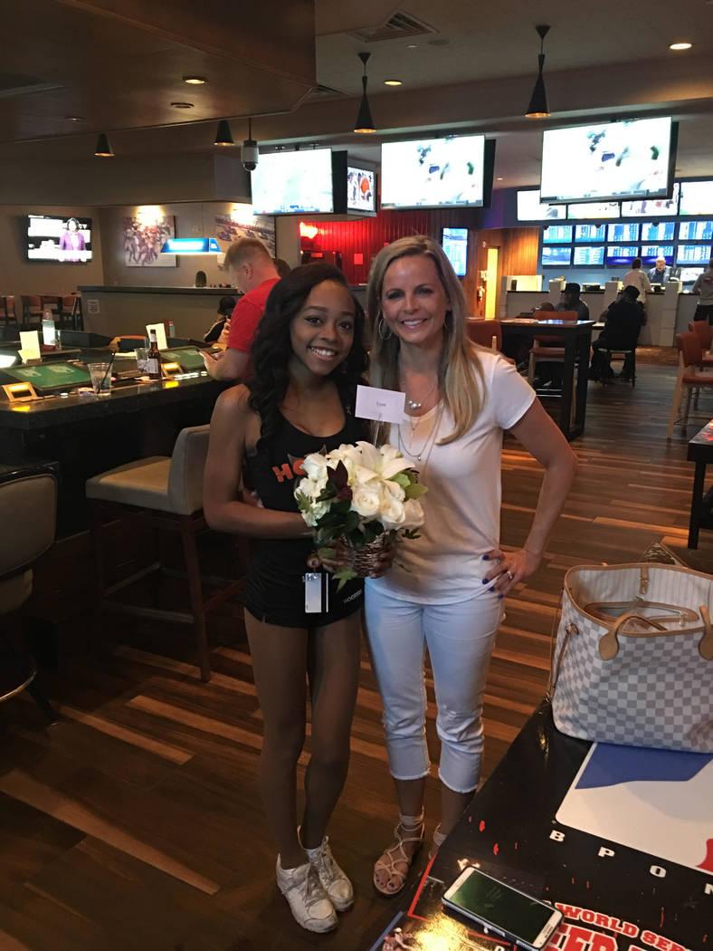Robyn Webb, a la derecha, entrega flores a la camarera Darrellyn Blake en el Hooters Hotel en Las Vegas el sábado. En la noche del 1° de octubre, Blake encontró a Webb y a su esposo, Matt, esco ...