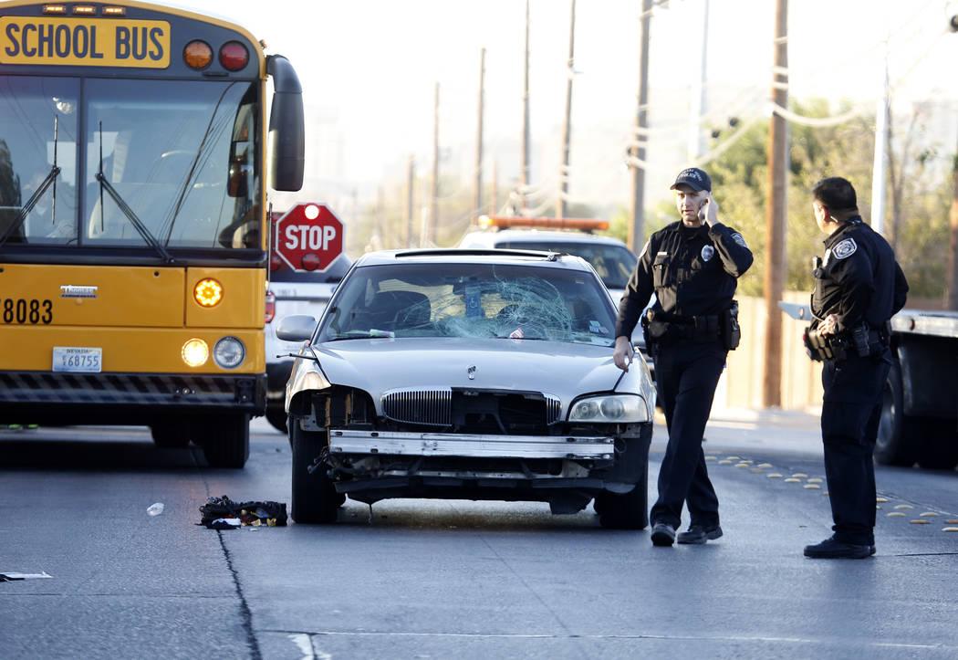 La policía del norte de Las Vegas investiga un accidente que involucró a un adolescente y un automóvil en Commerce Street a la altura de Rossmoyne Avenue en North Las Vegas el jueves 2 de novie ...