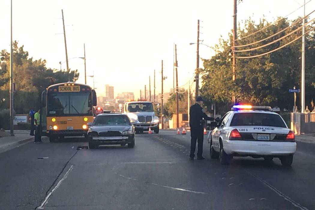 Un menor fue atropellado por un automóvil en Commerce Street a la altura de Rossmoyne Avenue en North Las Vegas, jueves por la mañana, 2 de noviembre de 2017. (Bizuayehu Tesfaye / Las Vegas Revi ...