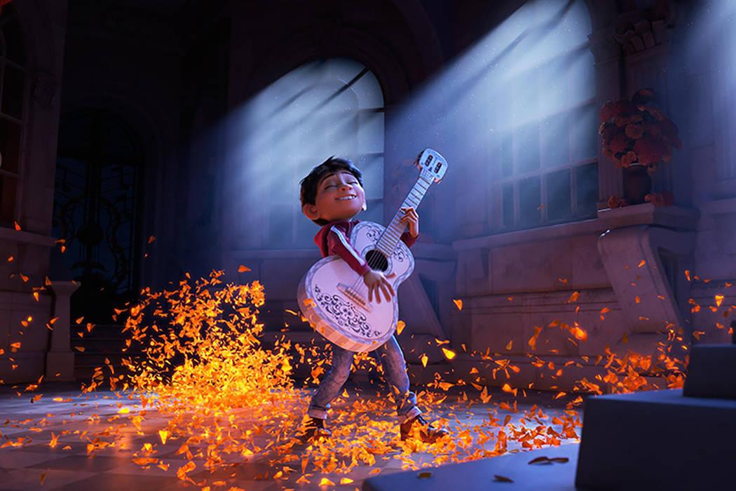 Filme de animación de la factoría Pixar dirigido por Lee Unkrich (Toy Story 3, Buscando a Nemo). Entre las voces protagonistas de la versión original están las de los actores Benjamin Bratt (D ...