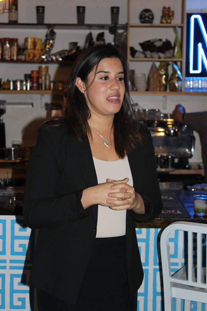 Cancela comentó que buscará enfocarse en leyes para las mujeres, si es elegida senadora. Lunes 30 de octubre en cafería del Distrito de Artes de Las Vegas. | Foto Cristian De la Rosa / El Tiempo.
