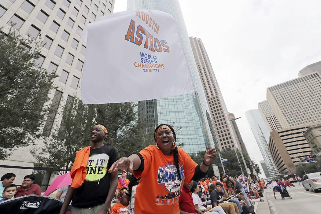 Los fanáticos de los Houston Astros celebran durante una concentración en honor a los campeones de la Serie Mundial de béisbol el 3 de noviembre de 2017 en Houston. | Foto AP/David J. Phillip.