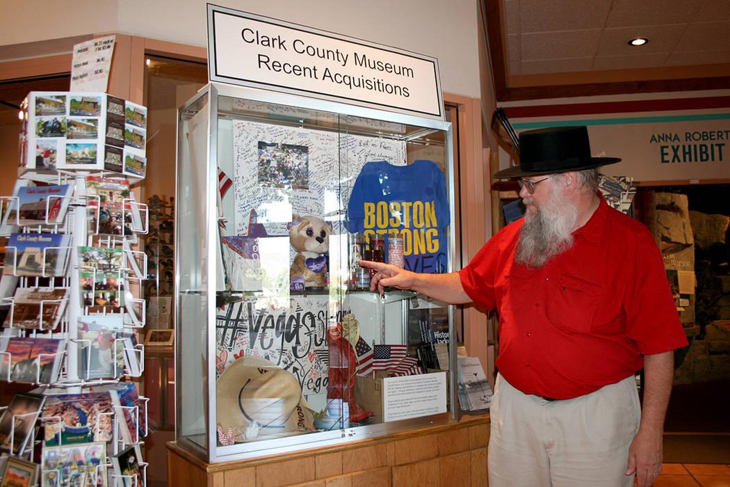 Mark P. Hall-Patton, administrador de los Museos del Condado Clark, muestra una pequeña exhibición de memorabilia de las víctimas de la masacre del uno de octubre en el Strip. | Foto Valdemar G ...