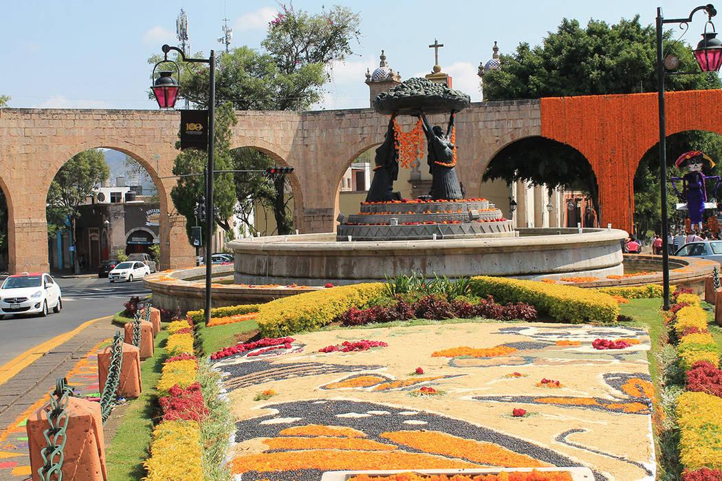 Luego de visitar algunas de las regiones michoacanas más importantes en el festejo de Día de Muertos, es momento de terminar el recorrido con un paseo por la capital, donde templos, mercados y e ...