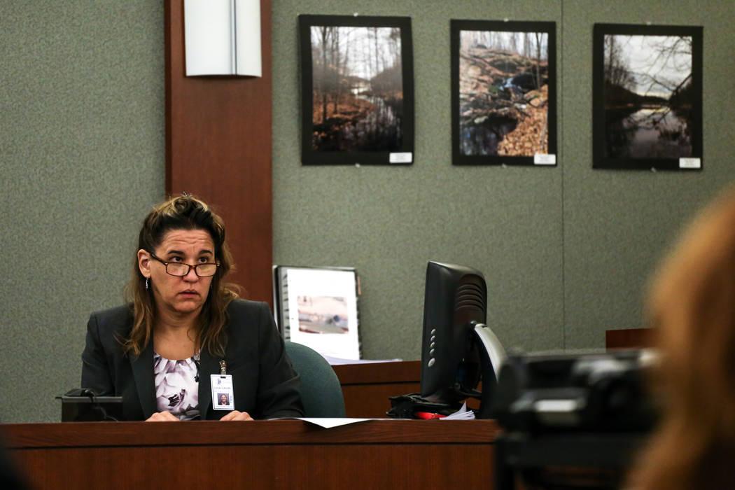 La patóloga forense Lisa Gavin testifica durante el juicio por pena de muerte de Bryan Clay en el Centro Regional de Justicia en Las Vegas, el jueves 2 de noviembre de 2017. Joel Angel Juarez Las ...