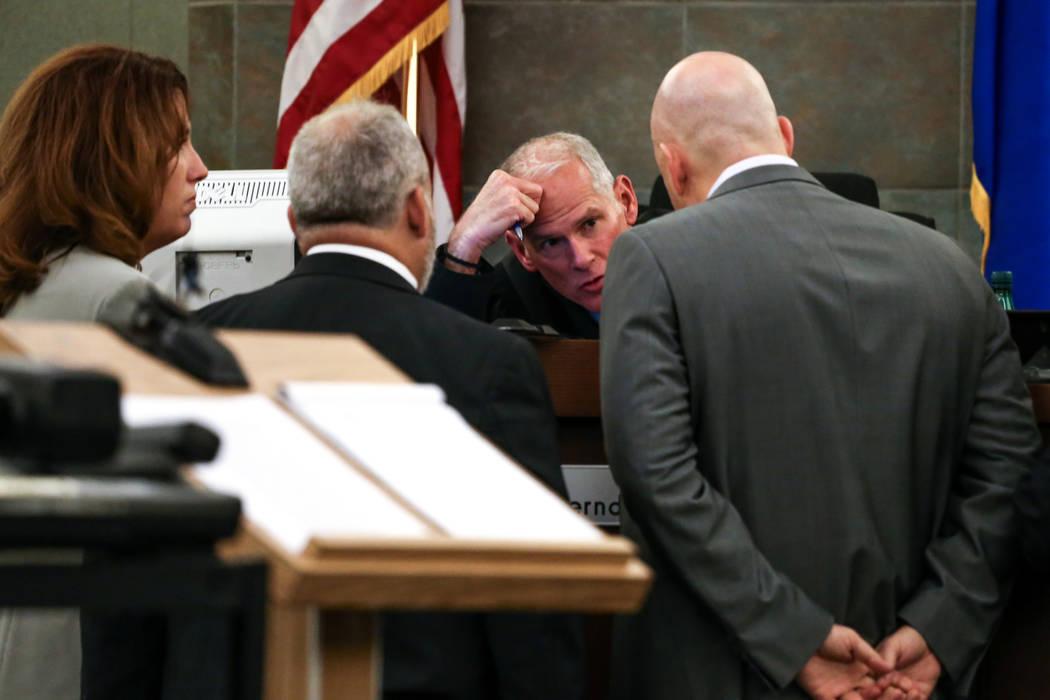El juez Douglas W. Herndon habla con fiscales y abogados defensores durante el juicio por pena de muerte contra Bryan Clay en el Centro de Justicia Regional en Las Vegas, el jueves 2 de noviembre  ...
