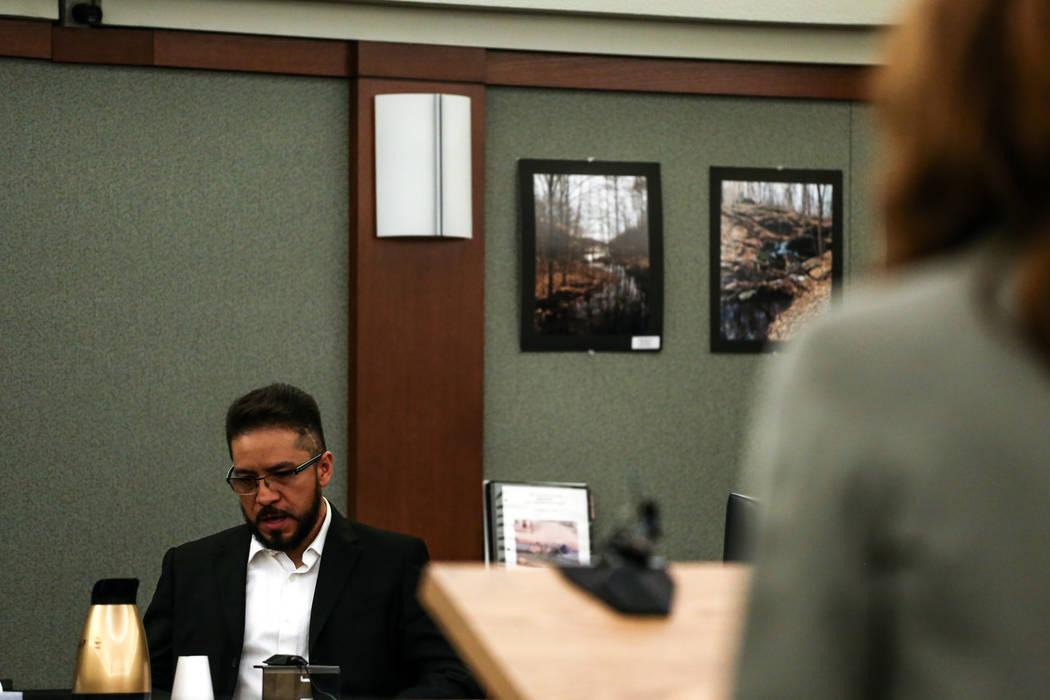 Arturo Martínez, cuya esposa e hija de 10 años fueron violadas y asesinadas en su casa de Las Vegas en 2012, testifica durante el juicio de pena de muerte contra Bryan Clay en el Centro de Justi ...