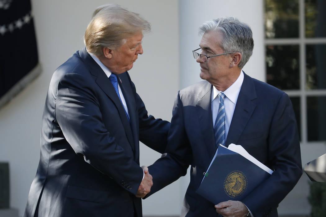 El presidente Donald Trump le da la mano al miembro de la junta de la Reserva Federal Jerome Powell después de anunciarlo como su candidato para el próximo presidente de la Reserva Federal, en e ...