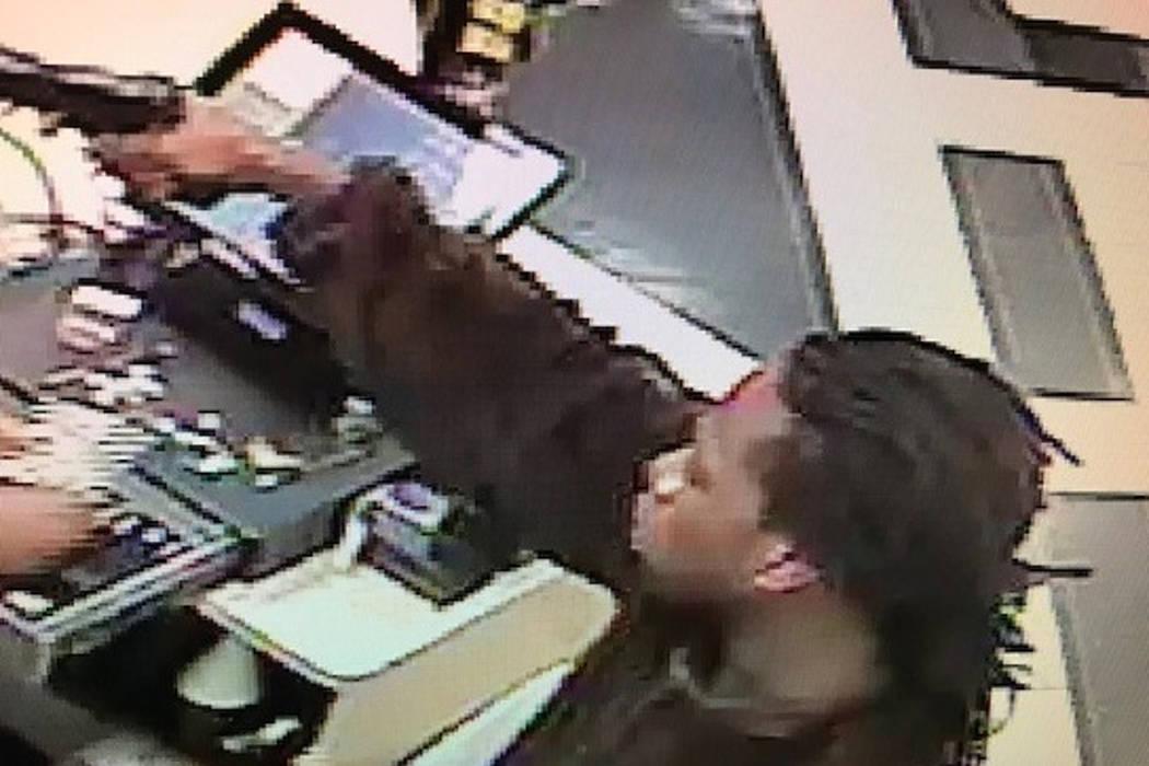 La policía de Las Vegas busca a un hombre que robó una tienda de conveniencia en el 991 de E. Desert Inn Road el 1° de octubre de 2017. (Departamento de Policía Metropolitana de Las Vegas)