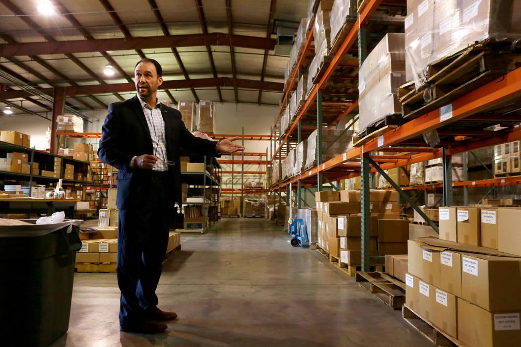 El vicepresidente de finanzas, Ed Finger, realiza un recorrido por el almacén de LVCVA en Las Vegas, el martes, 31 de octubre de 2017. El almacén de LVCVA está lleno de regalos como iPads, boci ...