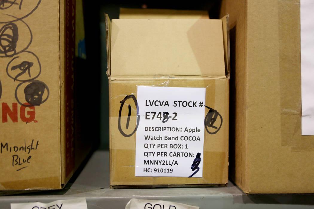 Un stock de Relojes Apple almacenados en la bodega de la Autoridad de Convenciones y Visitantes de Las Vegas, martes, 31 de octubre de 2017. El almacén LVCVA está lleno de regalos como iPads, bo ...
