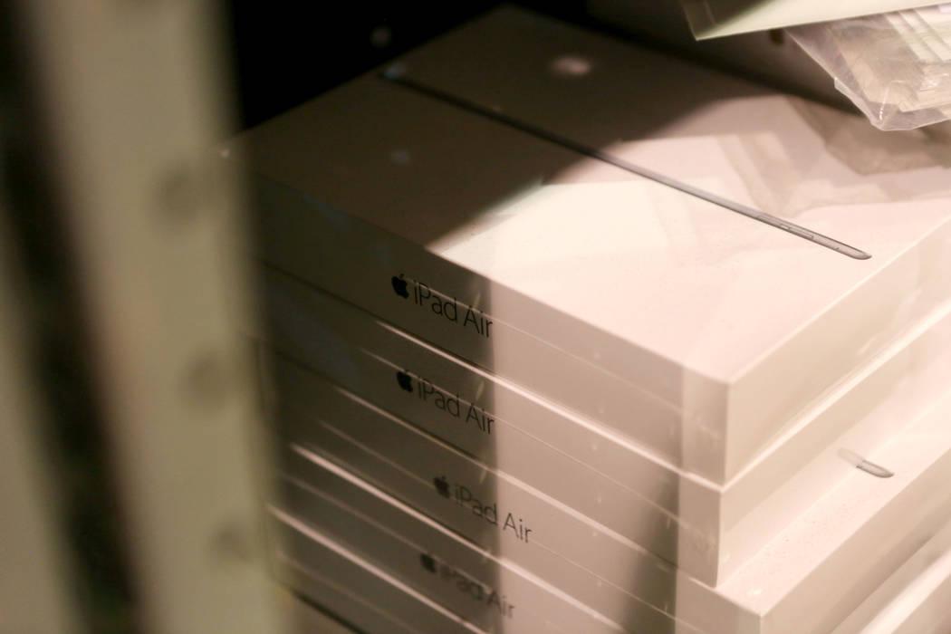 Un stock de iPad Airs se almacena en la bodega de la Autoridad de Convenciones y Visitantes de Las Vegas, el martes, 31 de octubre de 2017. El almacén de LVCVA está lleno de regalos como iPads,  ...
