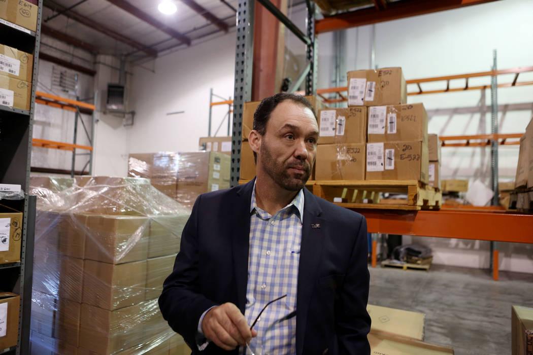 El vicepresidente de finanzas, Ed Finger, realiza un recorrido por la bodega de LVCVA en Las Vegas, el martes, 31 de octubre de 2017. El almacén de LVCVA está lleno de regalos como iPads, bocina ...