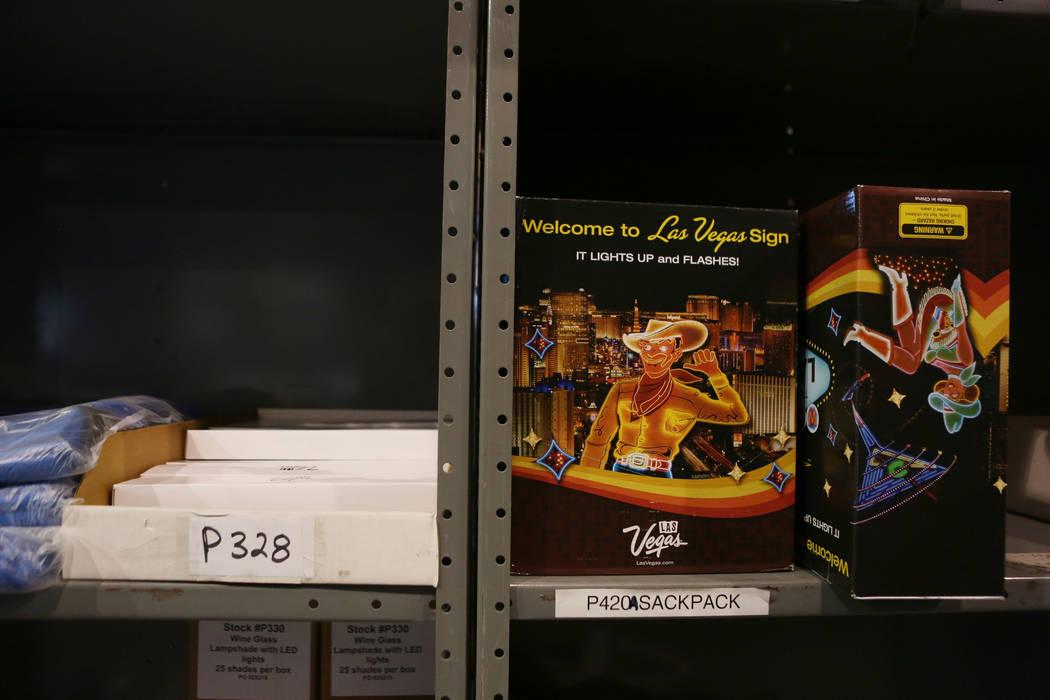Un mini letrero de Bienvenido a Las Vegas se encentra en el almacén de LVCVA en Las Vegas, el martes, 31 de octubre de 2017. El almacén de LVCVA está lleno de regalos como iPads, bocinas y bols ...