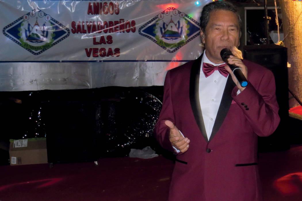 Tony Acosta deleitó a los salvadoreños de Las Vegas con sus canciones más emblemáticas. Domingo 5 de noviembre. | Foto Anthony Avellaneda / El Tiempo.