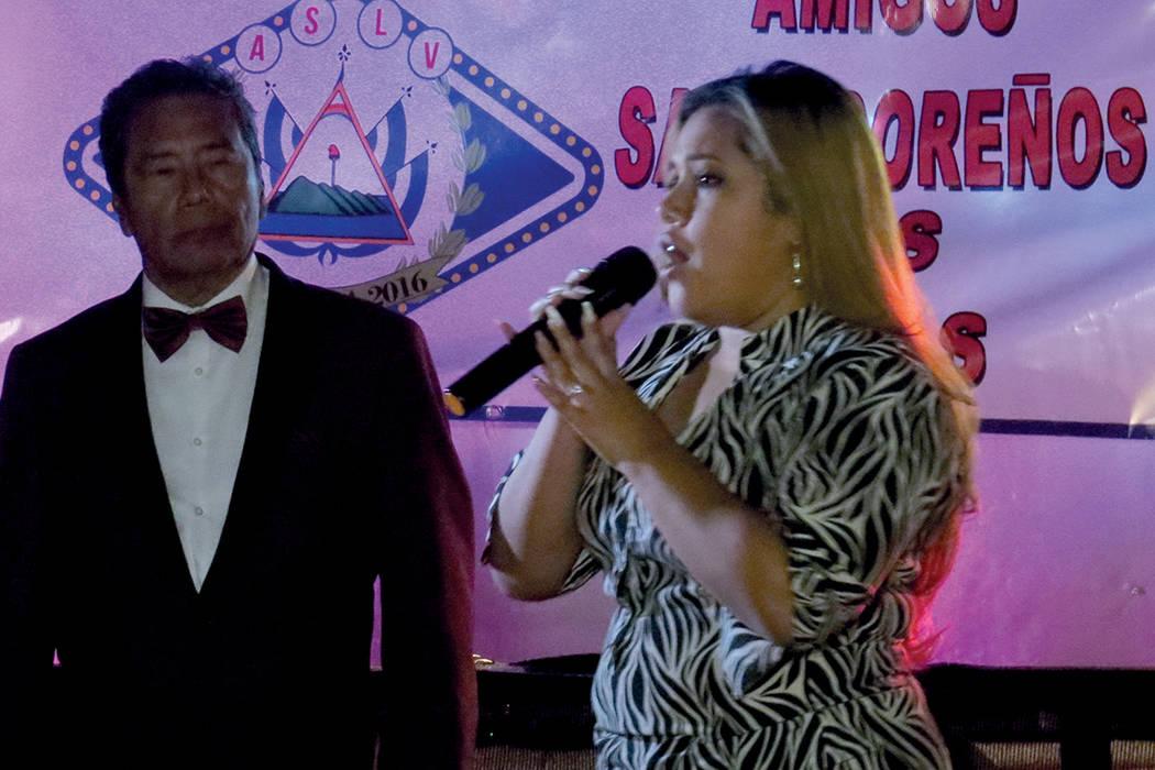 La hija de Tony Acosta también aprovechó el momento para cantar ante sus connacionales. Domingo 5 de noviembre. | Foto Anthony Avellaneda / El Tiempo.