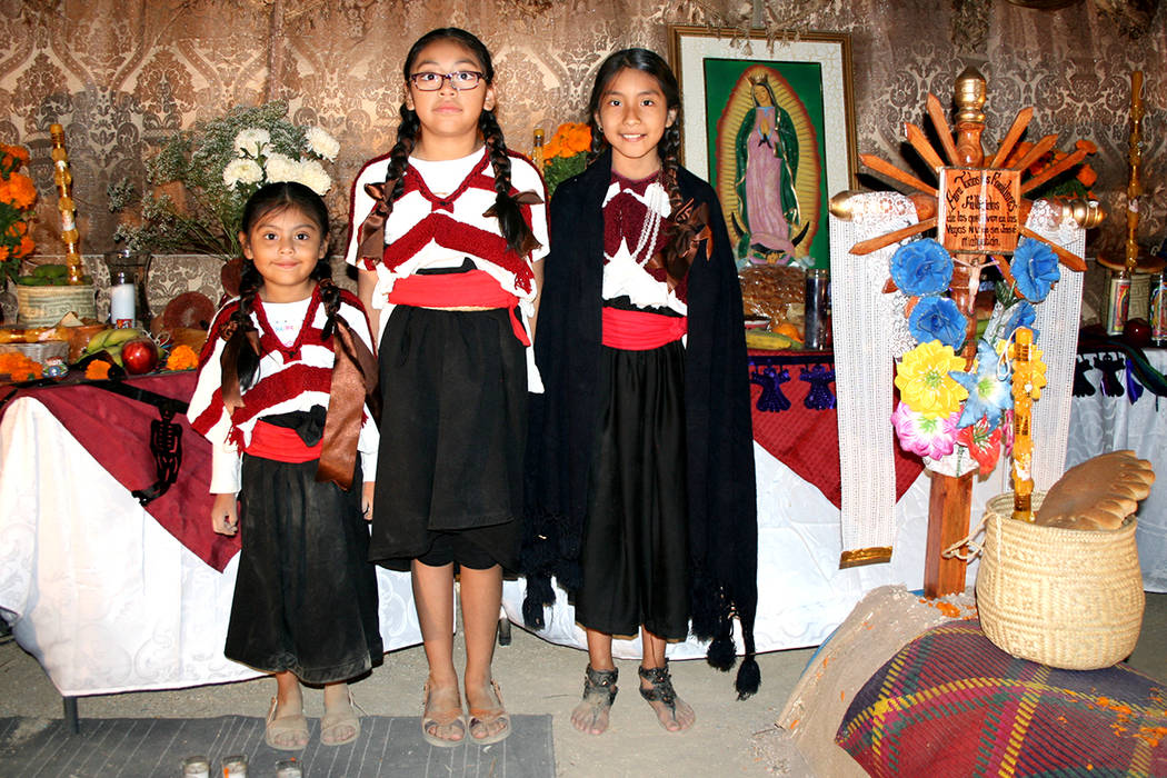 """En categoría Tradicional el altar """"Miquizihutl"""", ganó 3er. Lugar. Aquí las niñas Ana, Fernanda y Crystal como se visten las mujeres en Puebla. 5 de noviembre de 2017. Foto El Tiempo."""