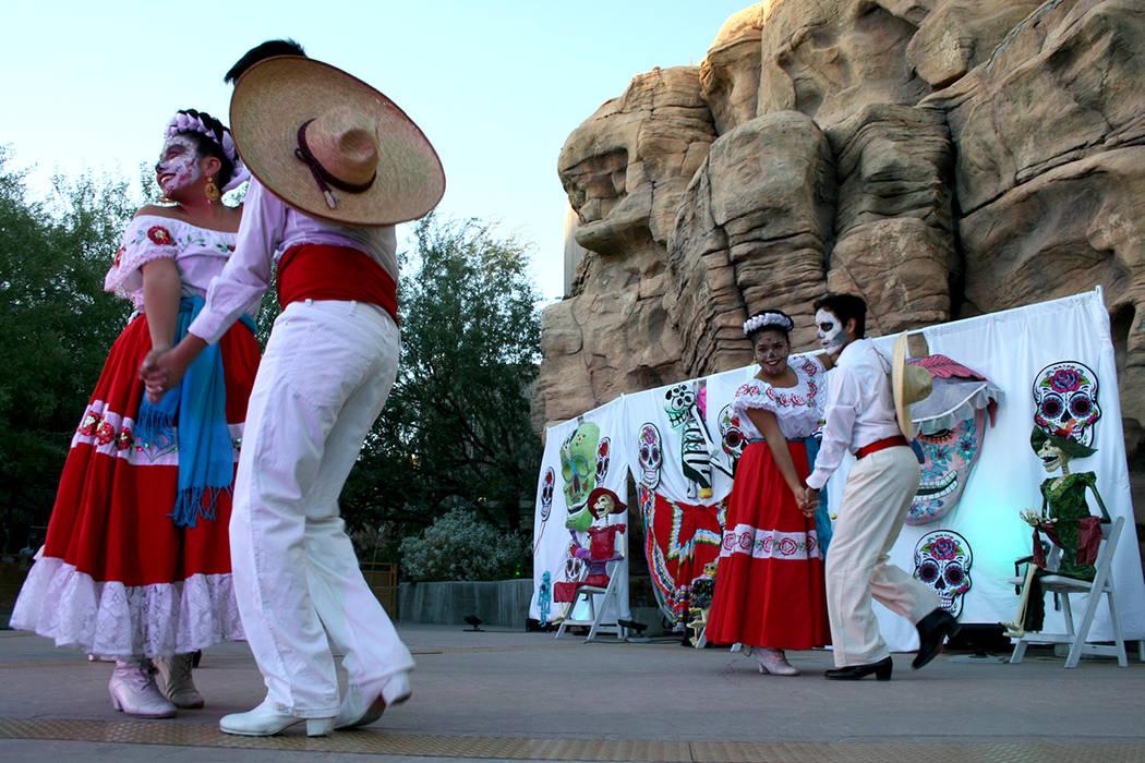 Los bailarines se presentan durante un evento del Día de los Muertos en Springs Preserve en Las Vegas, domingo 5 de noviembre de 2017. | Foto Valdemar González / El Tiempo.