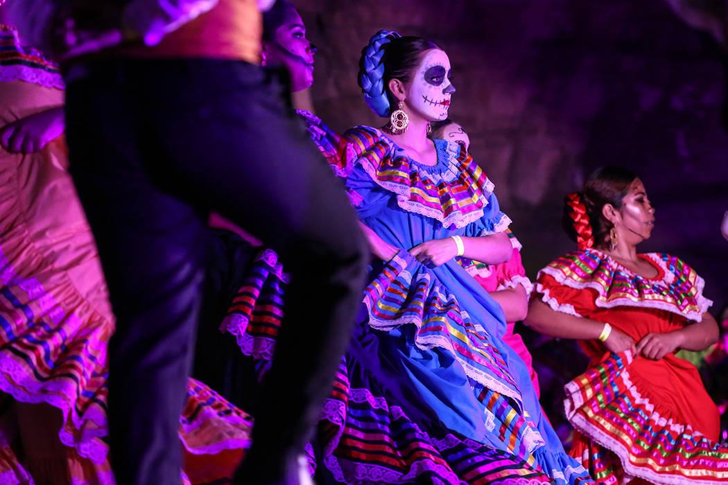 Los bailarines se presentan durante un evento del Día de los Muertos en Springs Preserve en Las Vegas, domingo 5 de noviembre de 2017. Foto Joel Ángel Juarez / Las Vegas Review-Journal.