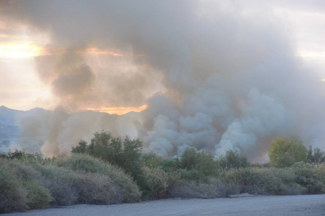 El humo y las llamas visibles desde el borde de un incendio del 5 de noviembre en el Clark County Wetlands Park. (Max Michor / Las Vegas Review-Journal)