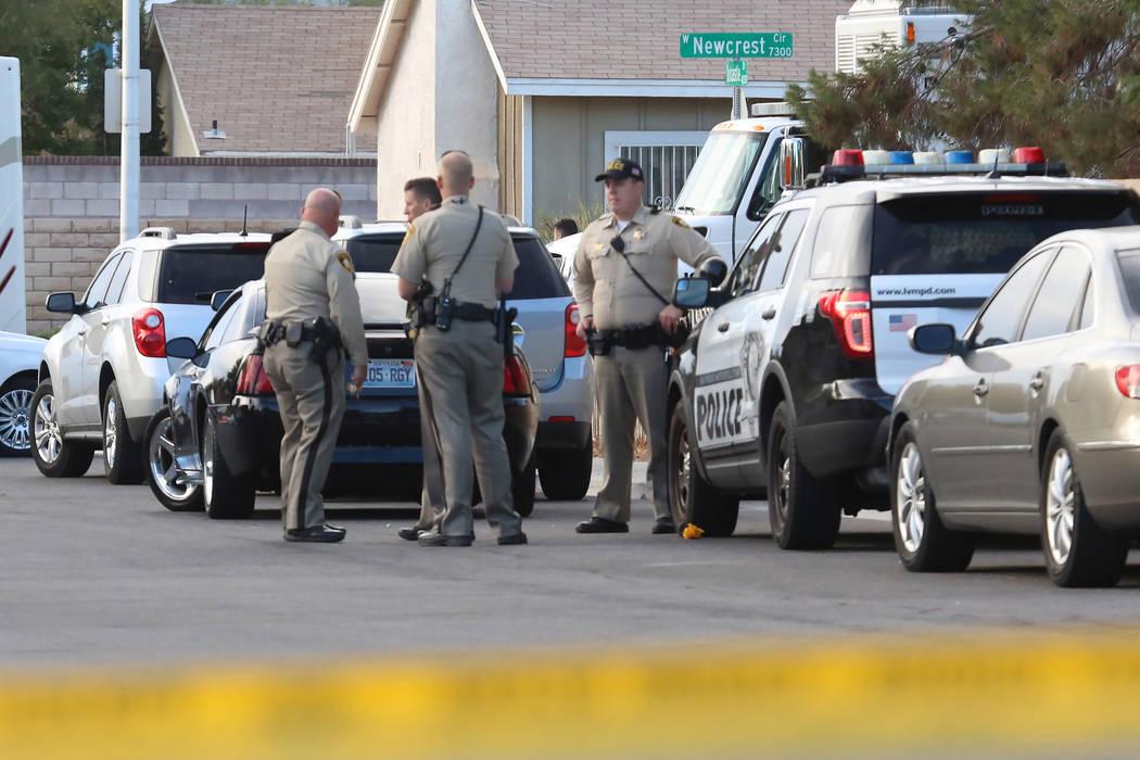 La policía de Las Vegas investiga un doble homicidio el martes, 7 de noviembre de 2017, en la cuadra 7300 de Newcrest Circle, cerca de Flamingo Road y Tanaya Way en Las Vegas. La policía mató a ...