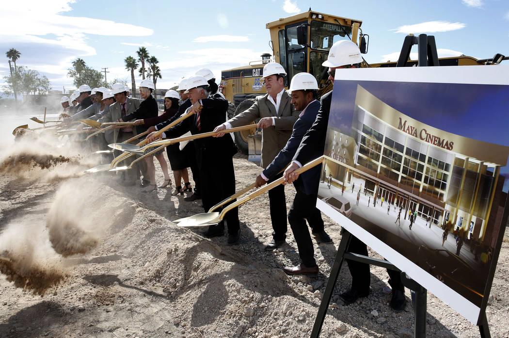 Funcionarios de la ciudad del norte de Las Vegas y de Maya Cinemas palean tierra durante la ceremonia oficial de inauguración de la construcción de un cine y centro de entretenimiento de 14 sala ...