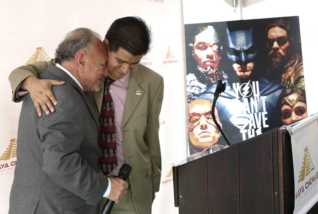 Larry Porricelli, vicepresidente de Maya Cinemas, a la izquierda, y el concejal de la ciudad del norte de Las Vegas, Isaac Barron, se abrazan durante una ceremonia de inauguración para la constru ...