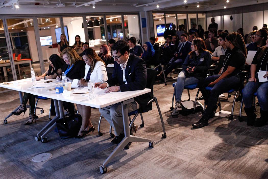 Los jueces califican las presentaciones de los estudiantes durante la Competencia de lanzamiento de negocios de CTA Future Innovators en el Centro de Experiencia RedFlint en Las Vegas el jueves 2  ...