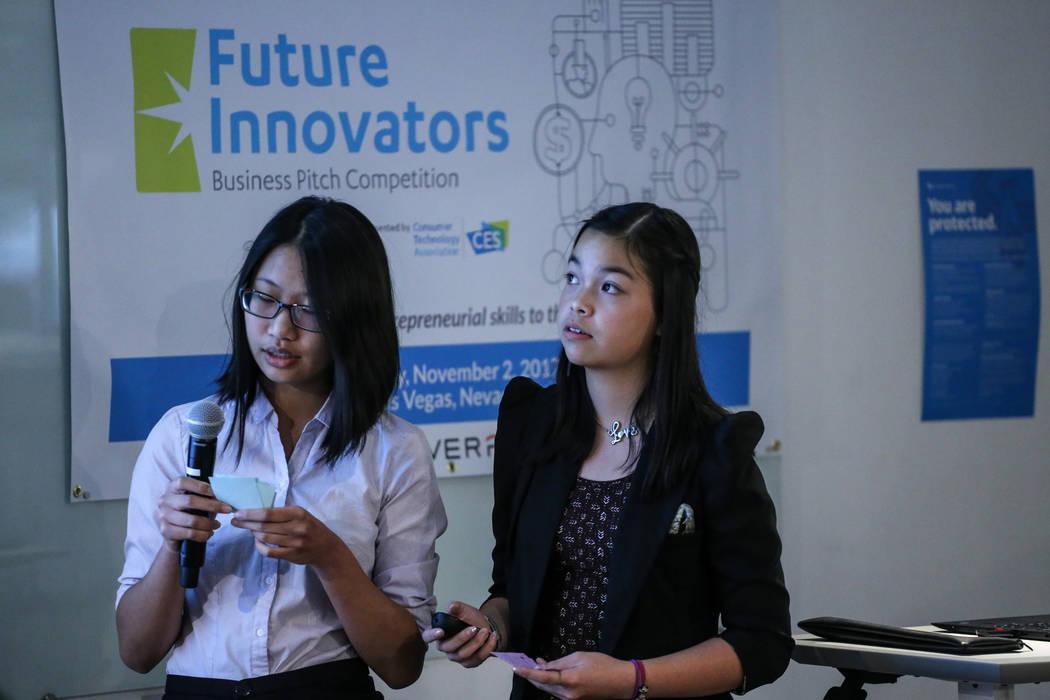 Estudiantes de Southwest Career and Technical Academy Fiorina Chau, de 15, a la izquierda, y Amber To, de 15, a la derecha, presente durante el concurso CTA Future Innovators Business Pitch en el  ...