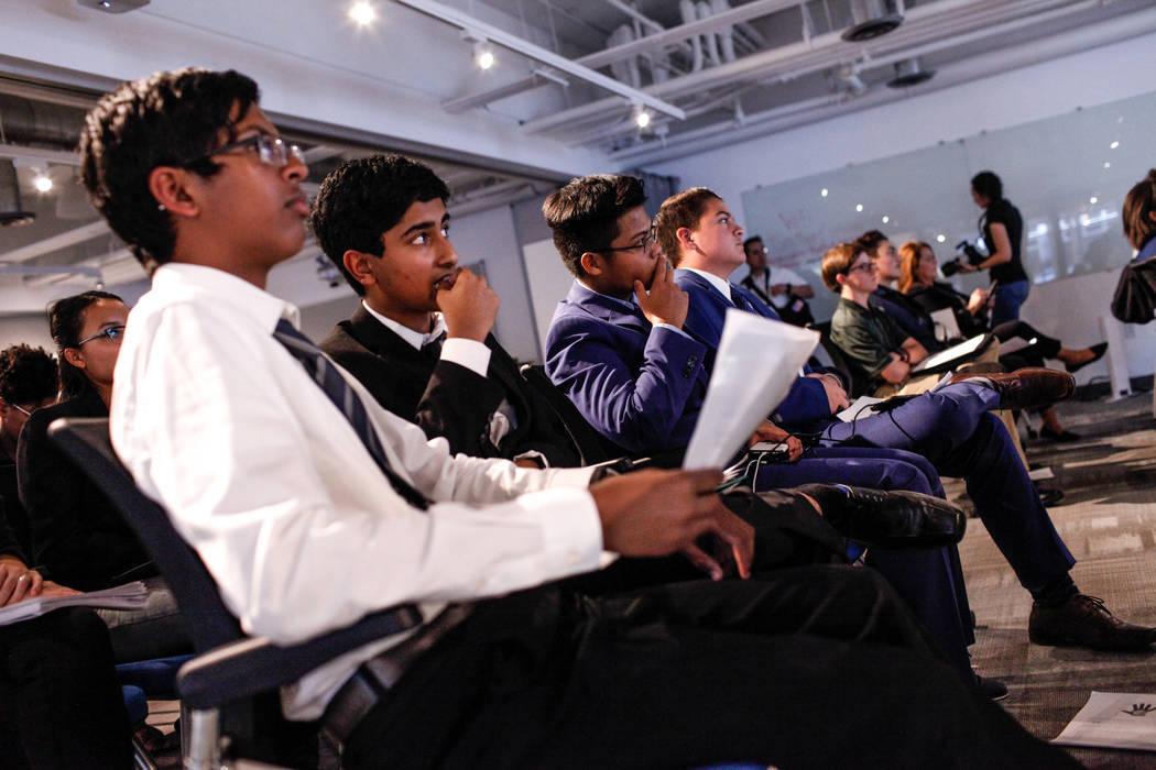 Los estudiantes de Southwest Career and Technical Academy Ishaan Raja, de 15, a la izquierda, y Anish Ghejerla, de 15, segundo desde la izquierda, escuchan presentaciones durante el concurso CTA F ...