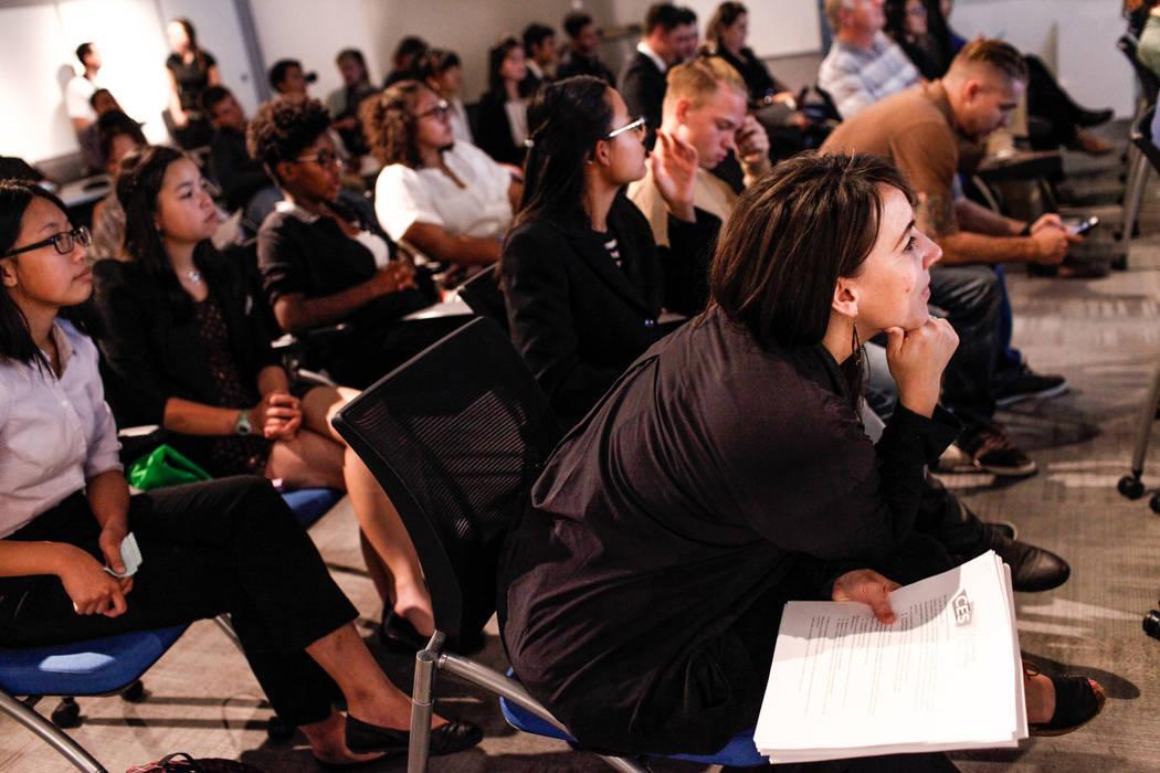 La maestra de Southwest Career and Technical Academy Katherine Burns, a la derecha, escucha las presentaciones de los estudiantes durante la Competencia CTA Pitch Business Innovators en el Centro  ...