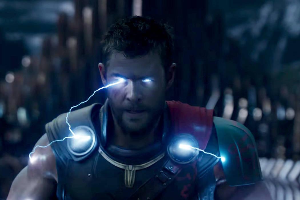 """En el filme, Thor (Chris Hemsworth), encarcelado en una zona remota del universo sin su poderoso martillo, debe regresar a su Asgard natal y detener el llamado """"Ragnarok"""", la destrucción del  ..."""