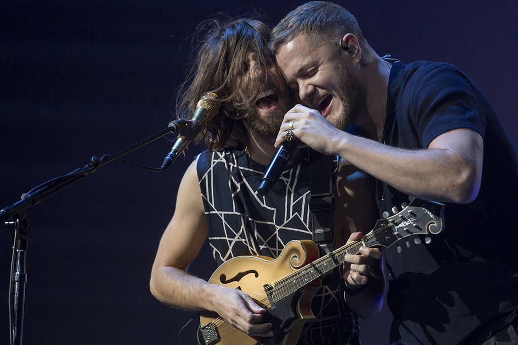 El guitarrista de Imagine Dragons Wayne Sermon, a la izquierda, y el vocalista Dan Reynolds tocan durante el show de la banda en T-Mobile Arena en Las Vegas, el viernes 29 de septiembre de 2017. E ...