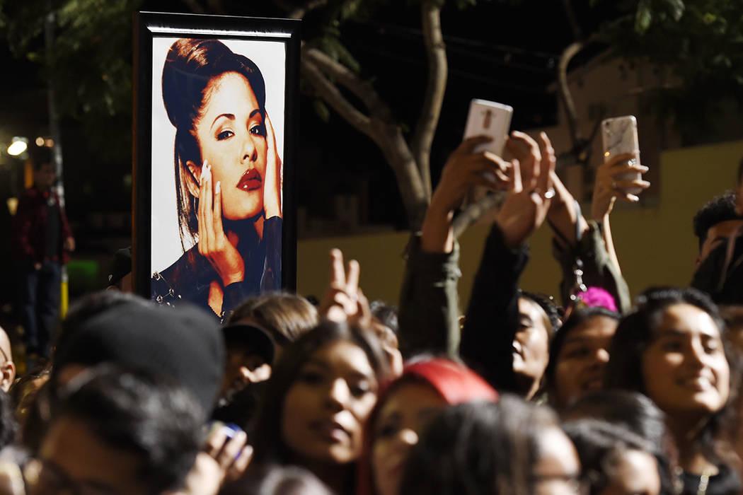 Un retrato de la fallecida cantante Selena Quintanilla se ve en la multitud después de una ceremonia de la estrella póstuma por Quintanilla en el Paseo de la Fama de Hollywood el viernes, 3 de n ...