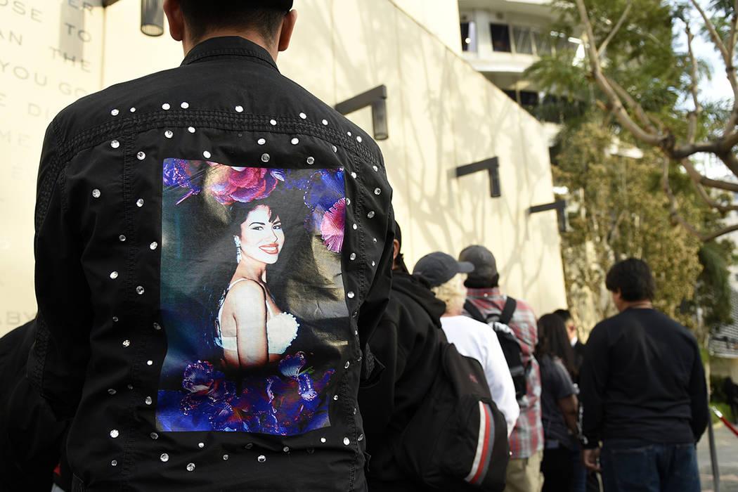 Los fanáticos de la fallecida cantante Selena Quintanilla esperan en la fila para asistir a una ceremonia para otorgarle una estrella póstuma en el Paseo de la Fama de Hollywood el viernes 3 de  ...