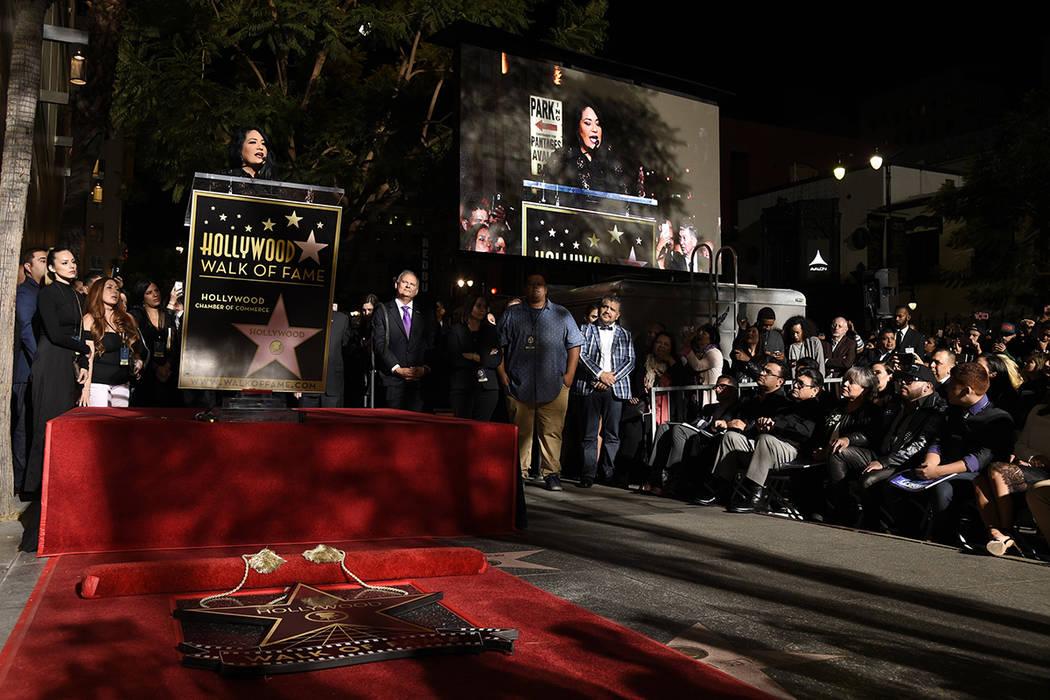 Suzette Quintanilla, hermana de la fallecida cantante Selena Quintanilla, se dirige a la multitud durante una ceremonia póstuma de Selena en el Paseo de la Fama de Hollywood el viernes 3 de novie ...