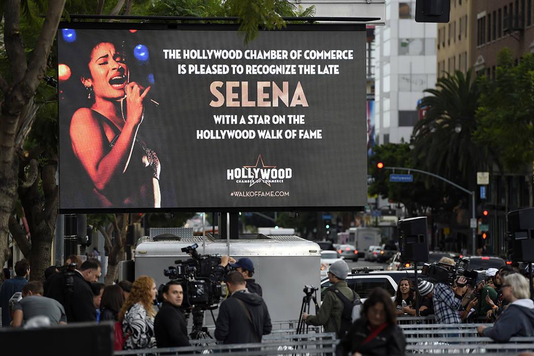 Una pantalla de video anuncia una ceremonia para premiar a la fallecida cantante Selena Quintanilla como estrella póstuma en el Paseo de la Fama de Hollywood el viernes 3 de noviembre de 2017 en  ...