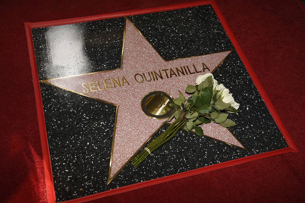 Una estrella en el Paseo de la Fama de Hollywood para la fallecida cantante Selena Quintanilla aparece en la foto después de una ceremonia el viernes 3 de noviembre de 2017 en Los Ángeles. | Fot ...