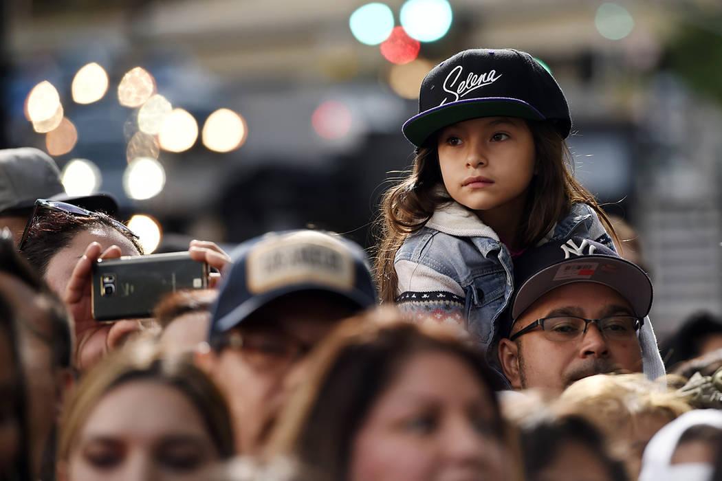 Una pequeña seguidora de la fallecida cantante Selena Quintanilla espera una ceremonia para premiar a Quintanilla con una estrella póstuma en el Paseo de la Fama de Hollywood el viernes 3 de nov ...