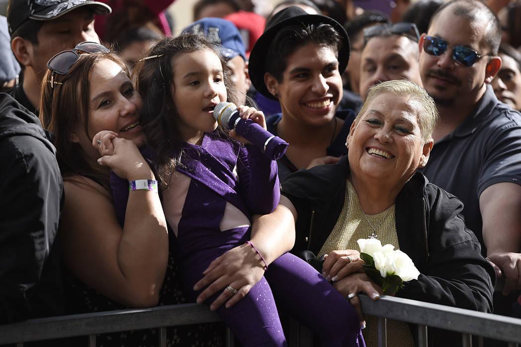 Sammi Corono-Lampa, 4, de Moreno Valley, California, fan de la fallecida cantante Selena Quintanilla, canta canciones de Quintanilla mientras espera con su madre Patty, a la izquierda, y su abuela ...