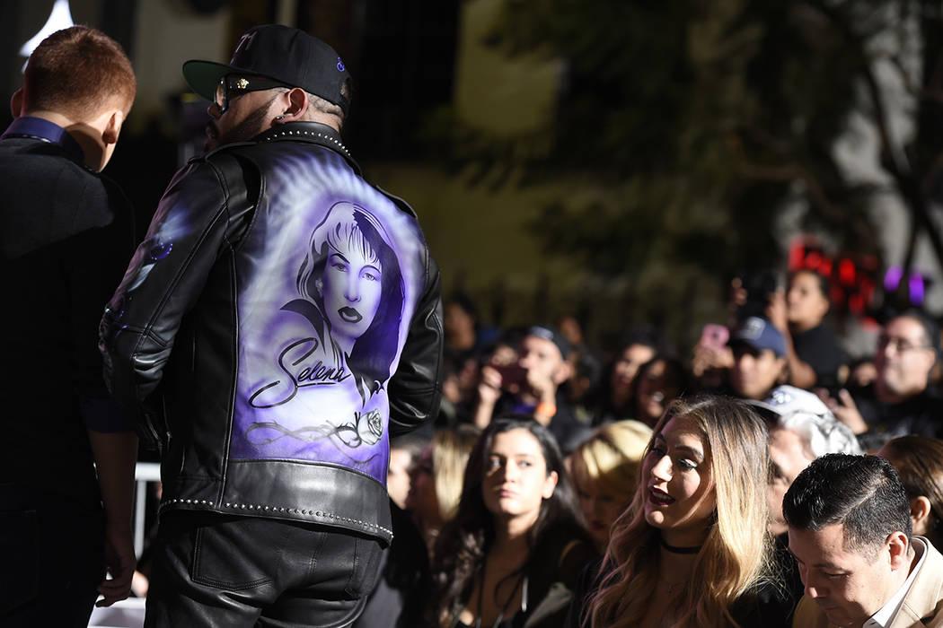 A.B. Quintanilla III, hermano de la fallecida cantante Selena Quintanilla, mira durante una ceremonia póstuma de Selena en el Paseo de la Fama de Hollywood el viernes 3 de noviembre de 2017 en Lo ...