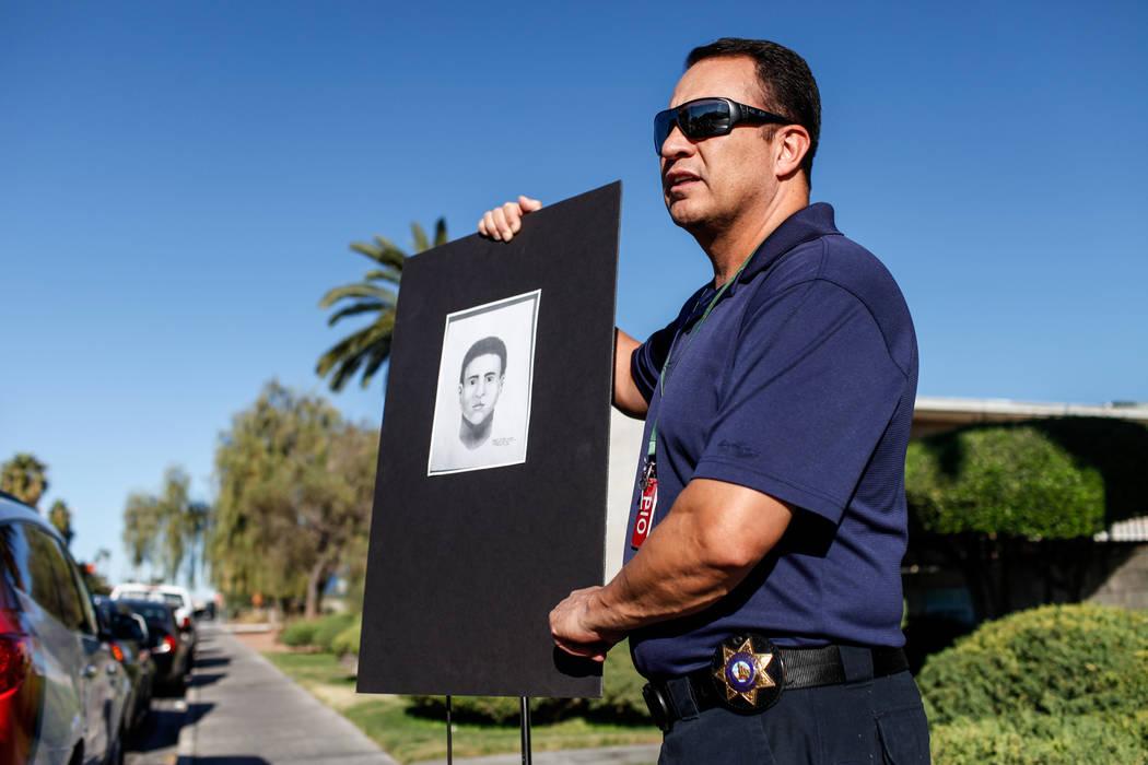 El portavoz del Departamento de Policía Metropolitana, Jacinto Rivera, presenta un esbozo forense de un sospechoso en relación con la brutal golpiza de Shelia Hawkins el 1° de noviembre durante ...