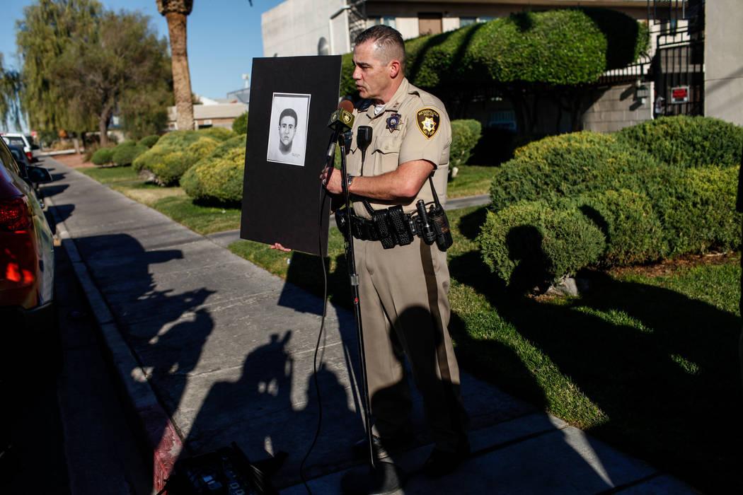 El capitán del Departamento Metropolitano de Policía Andrew Walsh sostiene un esbozo forense de un sospechoso en relación con la brutal golpiza de Shelia Hawkins el 1° de noviembre durante una ...