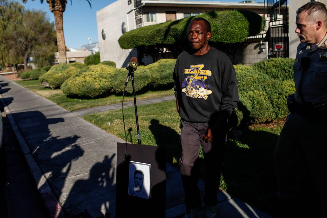 Larry Winslow, esposo de Shelia Hawkins, golpeada severamente el 1° de noviembre, habla durante una sesión de información del Departamento de Policía Metropolitana en la esquina de 11th Street ...