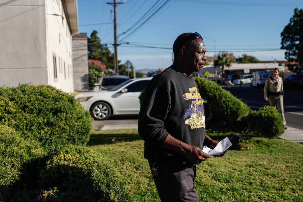 Larry Winslow, esposo de Shelia Hawkins, golpeada brutalmente el 1° de noviembre, presenta un esbozo forense de un sospechoso durante una conferencia de prensa del Departamento de Policía Metrop ...