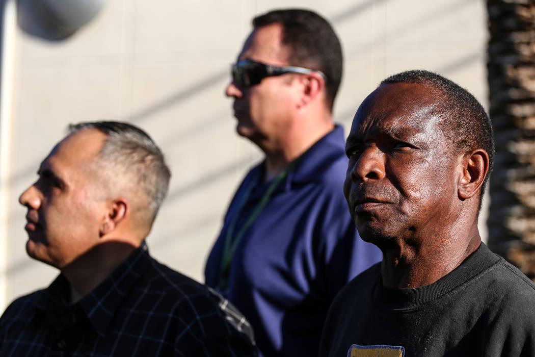 Larry Winslow, a la derecha, esposo de Shelia Hawkins que fue duramente golpeada el 1° de noviembre, aparece durante una sesión informativa del Departamento de Policía Metropolitana en la esqui ...